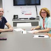 Firma del convenio entre la Asociación Párkinson Elche y el Hospital Universitario del Vinalopó de Elche.