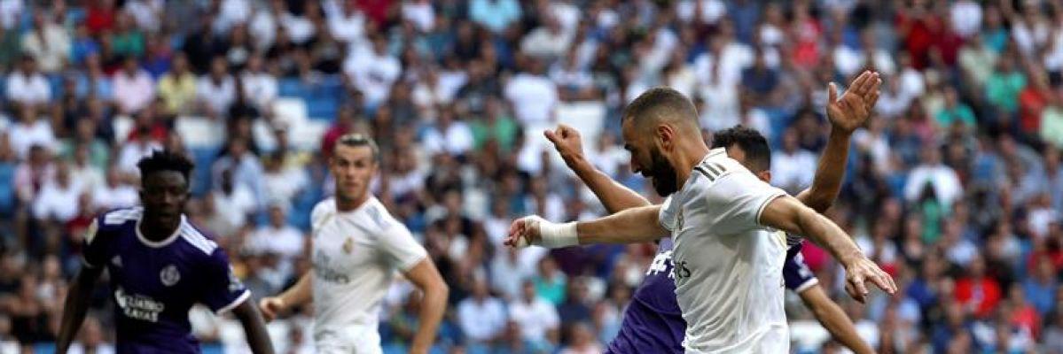 Karim Benzema chuta un balón ante el Valladolid