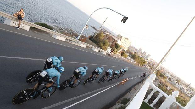 Astana se lleva la crono en Torrevieja y viste de rojo a Miguel Ángel López