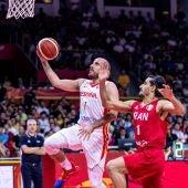 Quino Colom penetra a canasta en el partido de la selección española