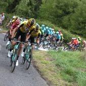 El pelotón avanza en la etapa de La Vuelta a España