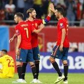 Los jugadores de la selección española se felicitan tras un gol