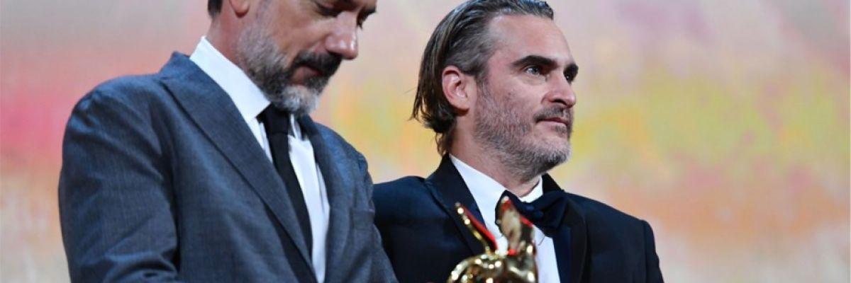 Todd Phillips sostiene el León de Oro de Venecia para la película 'Joker'
