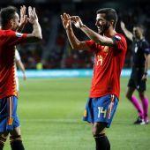 Los jugadores de la selección española Paco Alcacer y José Luis Gayá celebran el cuarto gol del combinado español durante el encuentro clasificatorio para la Eurocopa 2020