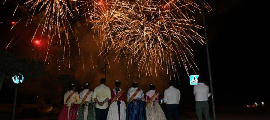 La Reina i les Dames junt amb els membres de la junta de festes en el castell de focs d´artifici fi de festes.