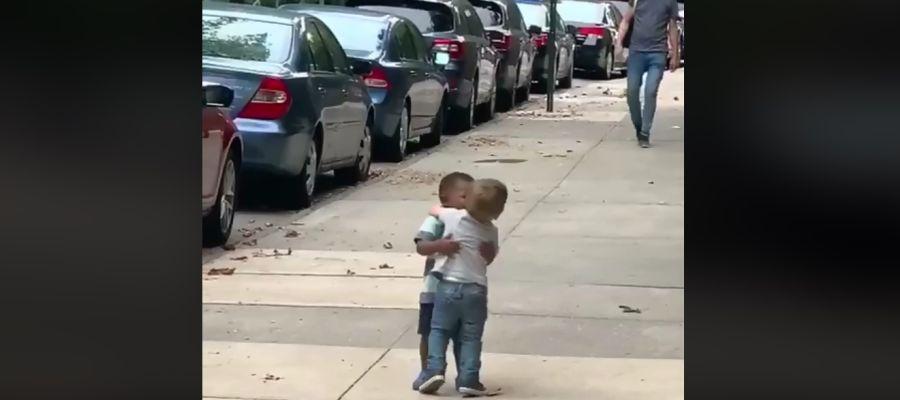 El tierno abrazo entre dos niños que se ha vuelto viral