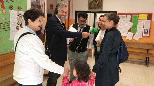 Carlos Alsina entrevista unos padres en el Colegio San Miguel de Madrid