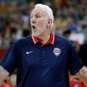 Popovich da instrucciones a sus jugadores durante el partido del Team USA