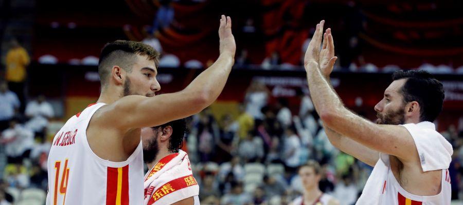 Willy y Rudy se felicitan tras la victoria de la seleccióne spañola