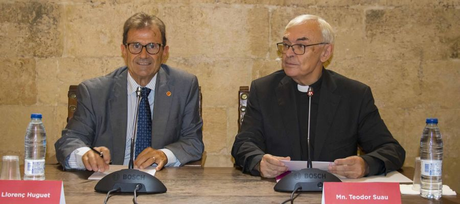 El rector de la UIB, Llorenç Huguet, y el obispo de Mallorca, Sebastià Taltavull, firman un convenio.