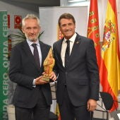 Ramon Osorio recibe el premio concedido a Onda Cero Baza
