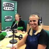 La presidenta de la FEHM, María Frontera, en los estudios de Onda Cero Mallorca con Elka Dimitrova.