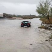 Un coche es arrastrado por una tromba de agua   Gota fría