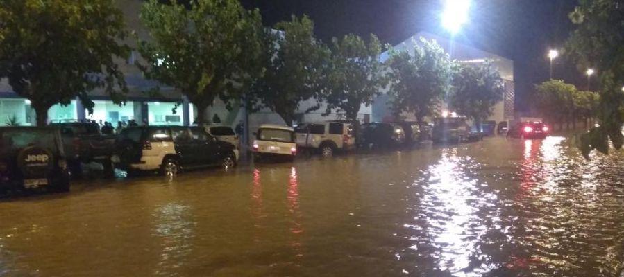 Vehículos 4x4 en Santa Pola preparados para asistir atrapados por las lluvias.