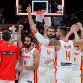 Los jugadores de la selección española celebran la victoria