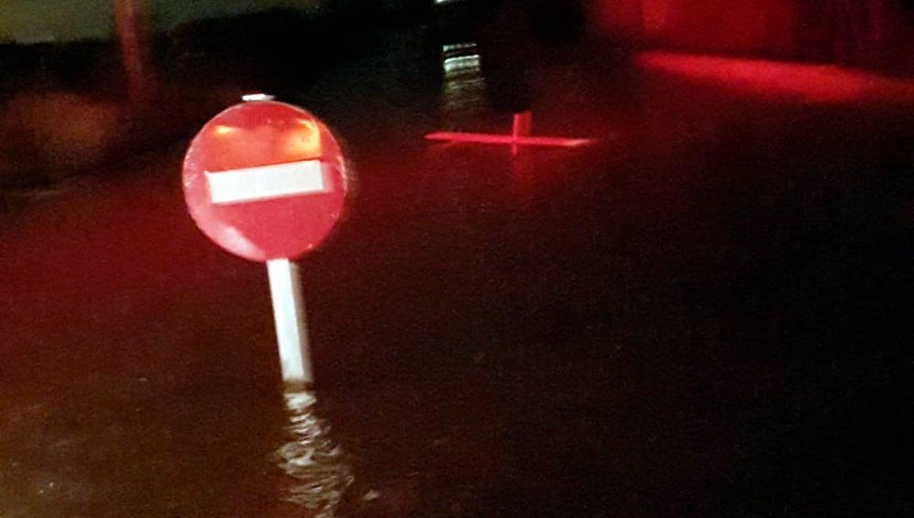 Una señal de tráfico anegada por el agua en El Rincón de los Pablos de Crevillent.