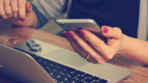 Los adolescentes están más horas al año conectados a Internet que en el colegio