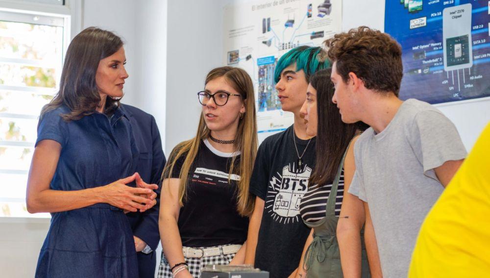 La reina Letizia con alumnos del IES Severo Ochoa de Elche.