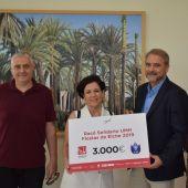 Entrega del cheque de la UMH a la Asociación Parkinson Elche.