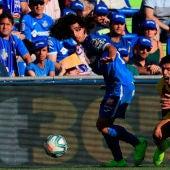El delantero del FC Barcelona, Luis Suárez, disputa un balón con Marc Cucurella, defensa del Getafe CF.