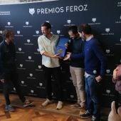 Los directores de 'La trinchera infinita' recogen el Feroz Zinemaldia