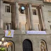 El Ayuntamiento de Barcelona retira el lazo amarillo de su fachada por orden de la Junta Electoral