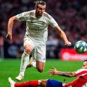 Gareth Bale disputa un balón con Saúl Ñíguez