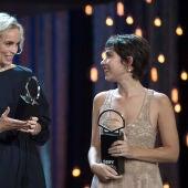 Nina Hoss y Greta Fernández recogen su Concha de Plata a la Mejor Actriz