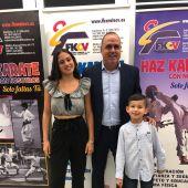 Ana Chazarra y Daniel Miguel, junto al maestro Manu Chazarra, en la gala de la Federación de karate celebrada en Gandía.
