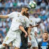 Benzema remata de cabeza ante Mignolet.