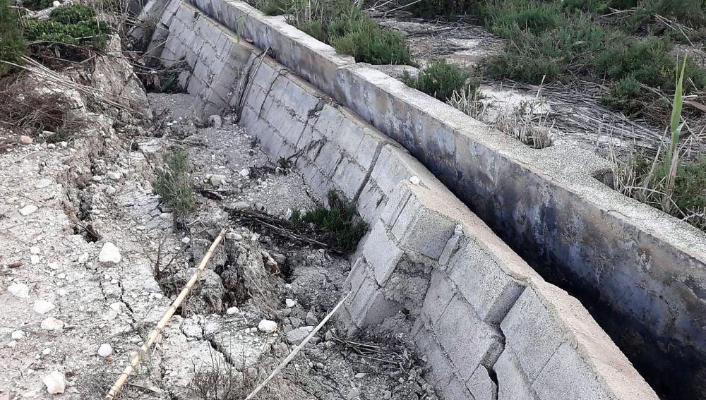 Canal de riego destrozado por la las lluvias de DANA de septiembre  en Carrizales.