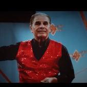 Pedro Ruiz en un momento del videoclip de Los Punsetes