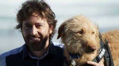 Daniel Sánchez Arévalo posa con el perro 'Oveja' en el photocall del Festival de San Sebastián