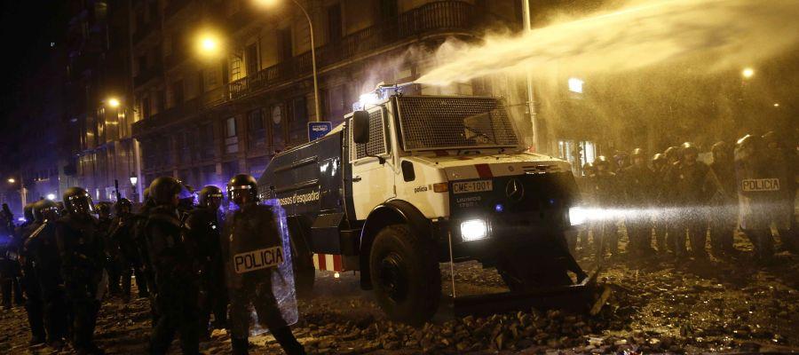La tanqueta de agua de los Mossos d'Esquadra en los disturbios en Barcelona