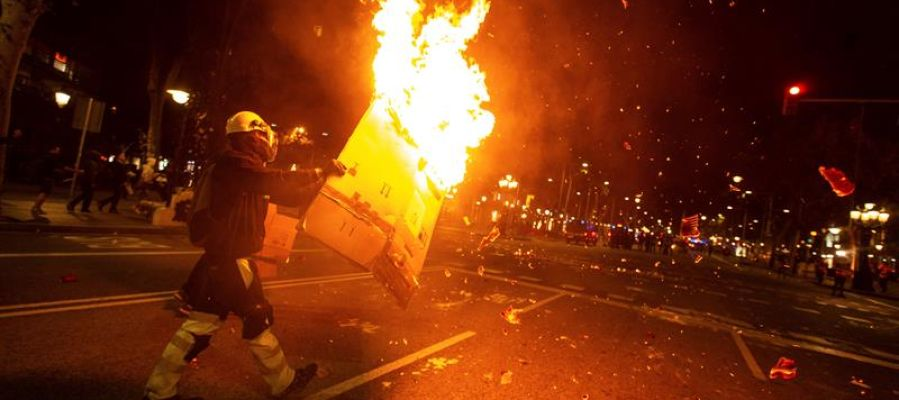 Los radicales queman cartones para colocarlos a modo de barricadas en Barcelona