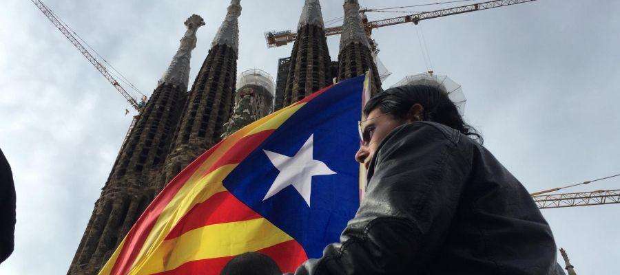 Gente con banderas independentistas frente a la Sagrada Familia