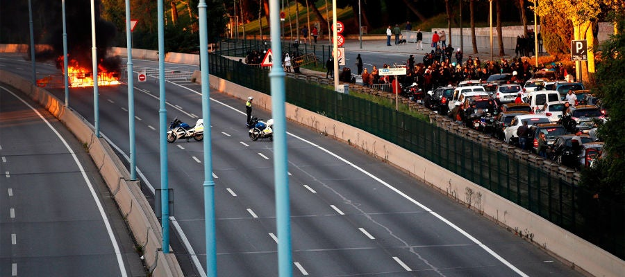 Una barricada de fuego corta la Ronda de Dalt de Barcelona