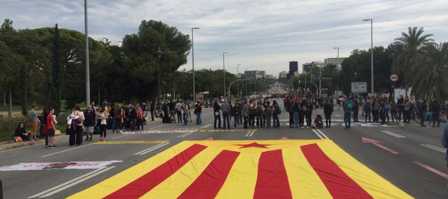 Despliegan una bandera independentista gigante en plena Diagonal