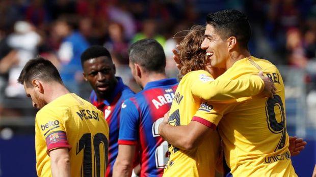Griezmann y Suárez celebran un gol ante el Eibar
