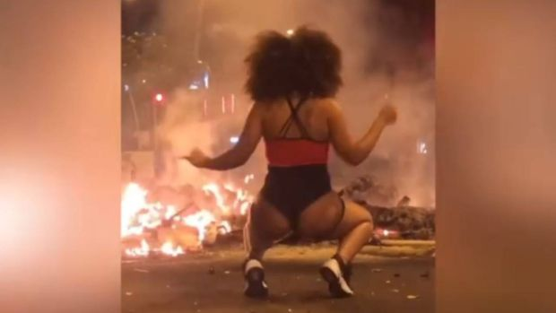 Un frame del vídeo de la joven haciendo 'twerking' Barcelona
