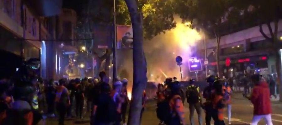 La Policía dispersa la zona de Urquinaona-Claris en Barcelona con proyectiles foam