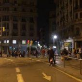 Varios jóvenes se quedan bailando y bebiendo en la plaza Urquinaona de Barcelona tras las protestas