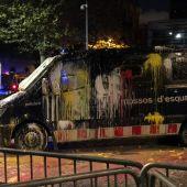 Furgoneta de los mossos tras el impacto de uno de los globos de pintura