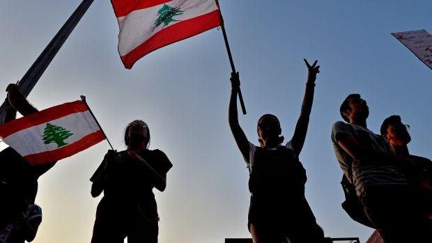 Unos manifestantes cantan 'Baby Shark' a un bebé asustado por las protestas en el Líbano