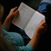 Un niño leyendo