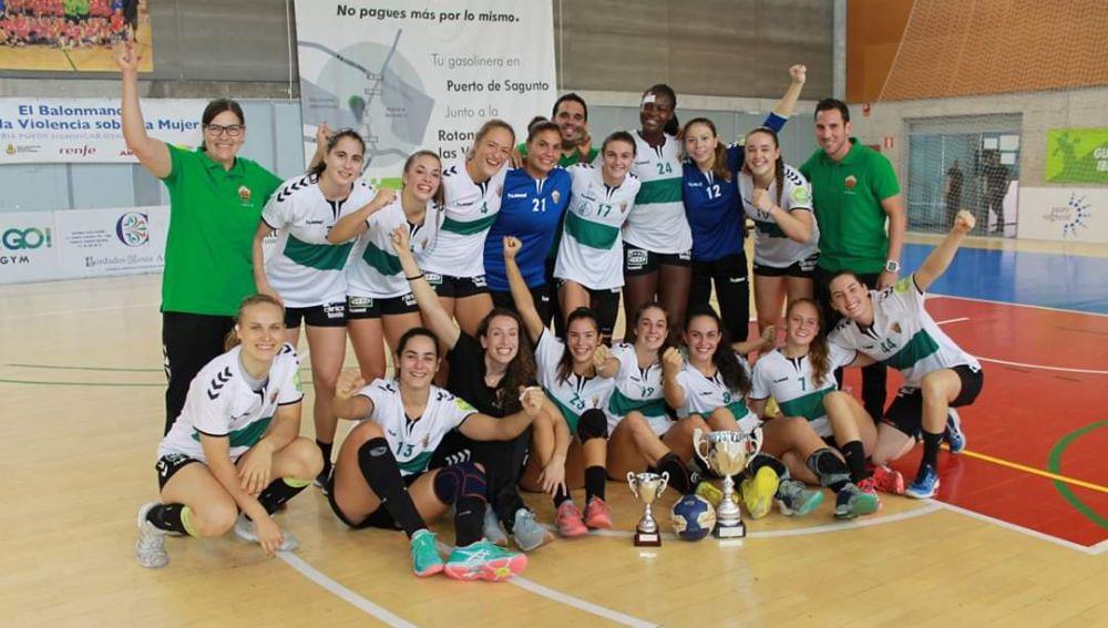 El Club Balonmano Elche ha sido elegido como la mejor entidad, con la presencia de Laura Hernández, mejor deportista, y Celia Guilabert, que recogerá otro premio junto a su familia.