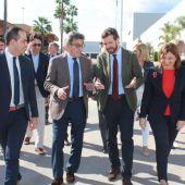 Pablo Casado junto a Isabel Bonig y el presidente de Porcelanosa grupo, Héctor Colonques.