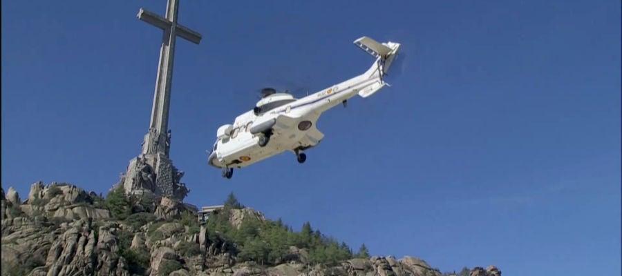 El helicóptero que traslada los restos de Franco