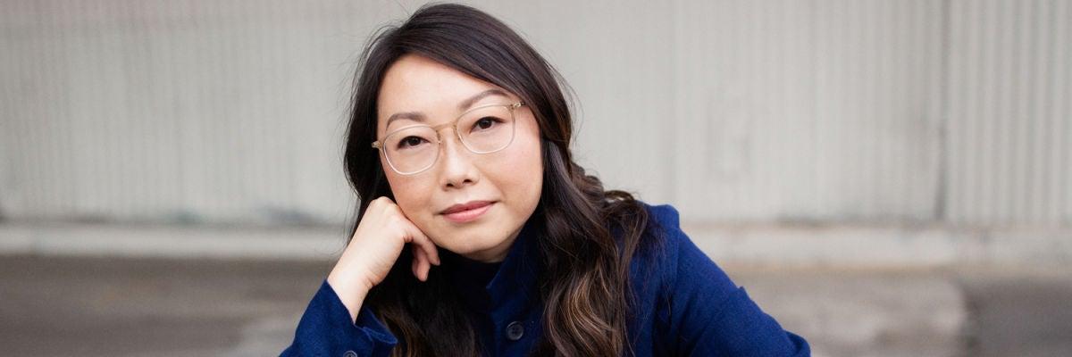 La directora de cine Lulu Wang en una producción fotográfica para Rolling Stone
