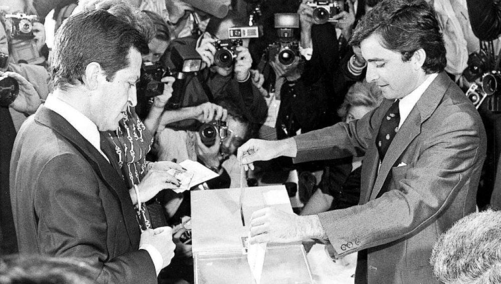 Adolfo Suárez, candidato de UCD, vota en las elecciones generales de 1977